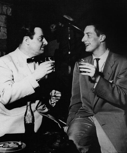 John Engels senior en junior proosten op elkaar rond 1955. Foto Collectie Nederlands Jazz Archief