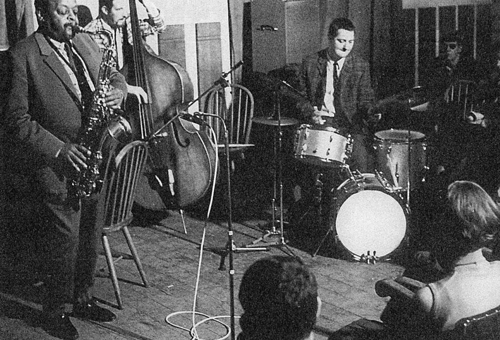 Tenorsaxofonist Ben Webster, contrabassist Jacques Schols en John Engels in jazzclub Alcuin in Delft op 14 oktober 1967. Collectie John Engels.