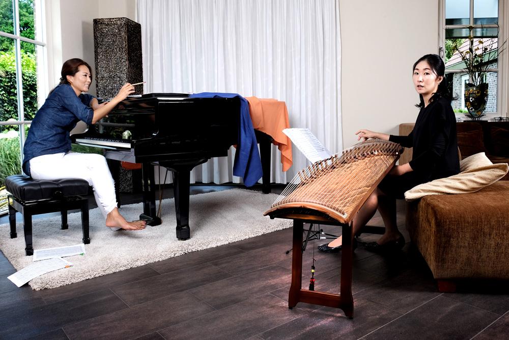 Soo Cho en Soo Jie Lu. Het volume van de piano wordt gedempt door dekens om dicht bij het volume van de