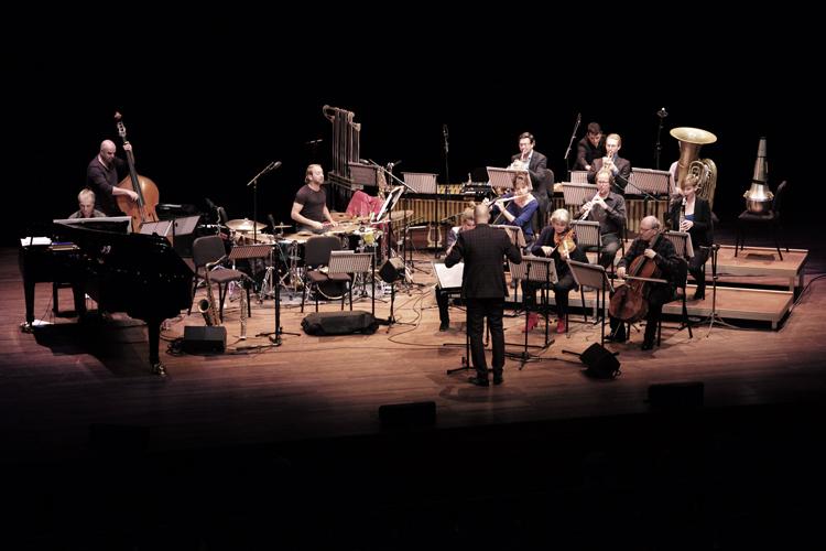 Martin Fondse dirigeert Near East Up North in het Amsterdamse Muziekgebouw aan 't IJ.
