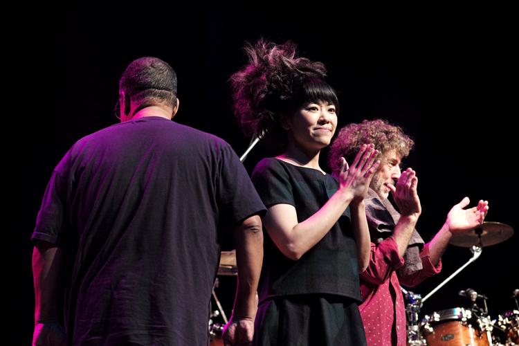 Hiromi neemt na afloop van het concert het overweldigende applaus in ontvangst.