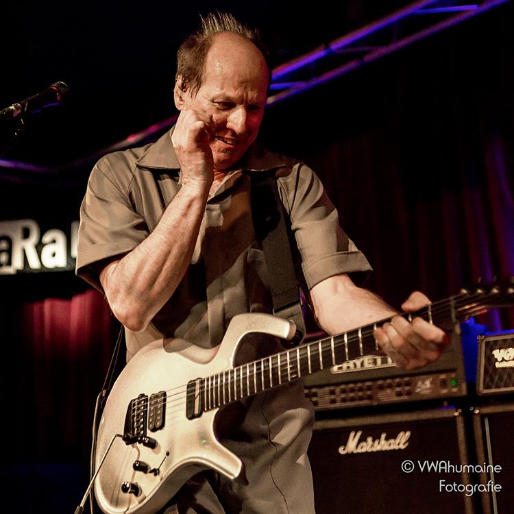 20160224-DSC06987 Adrian Belew is smaakvol afwerkende topgitarist