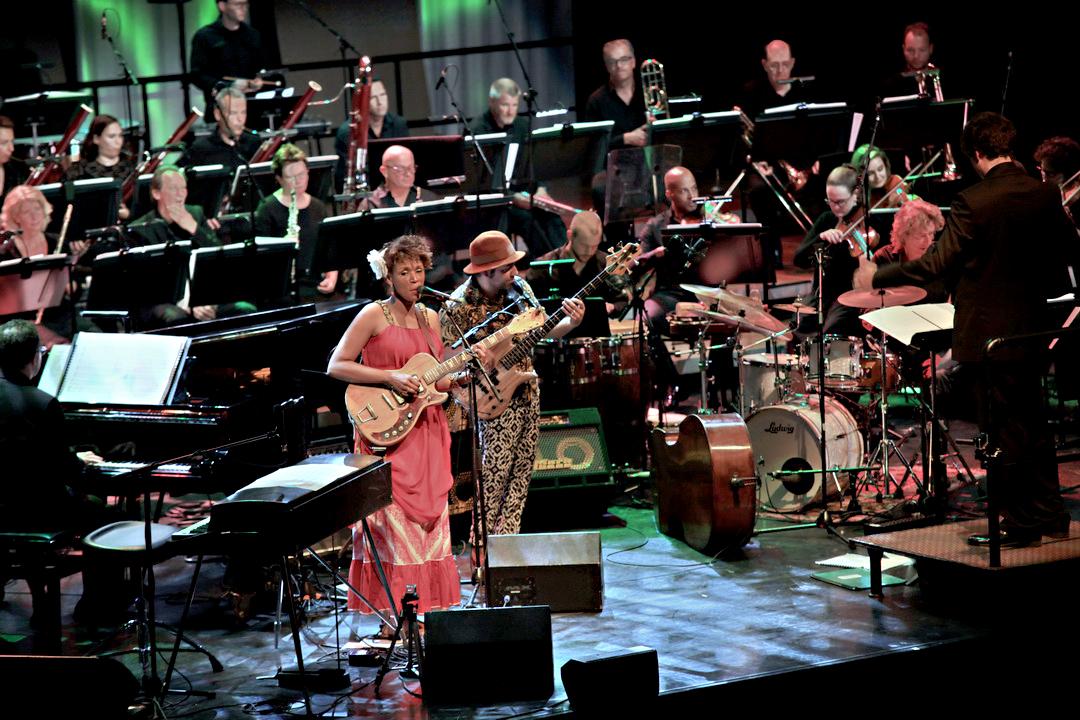 Carmen Souza en Theo Pascal met het Residentie Orkest.
