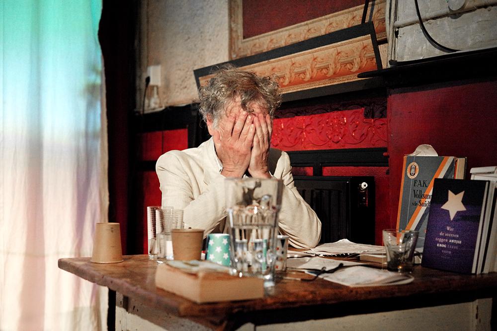 Sal ek altyd wit wees speelt zich af in een piepklein décor: een tafeltje aan de zijkant met wat bekers, glazen, wat boeken, waaronder de Volksangbundel vir Suid-Afrika.