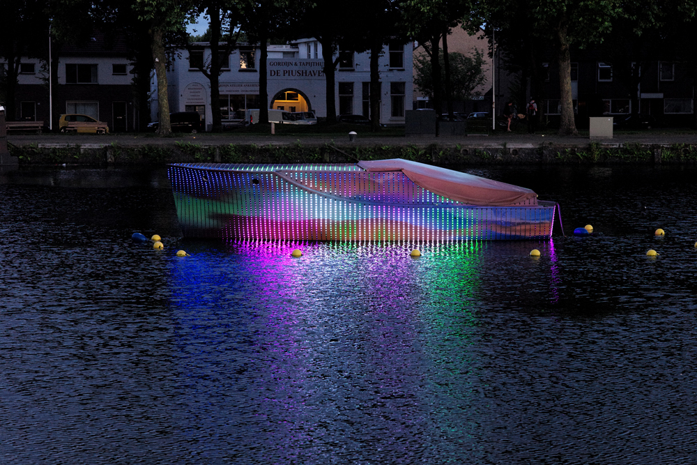 Love Boat 'Led It Be', een kunstwerk van Studio VollaersZwart uit Rotterdam, dat een fikse discussie heeft uitgelokt onder vooral plaatselijke niet-kunstliefhebbers.