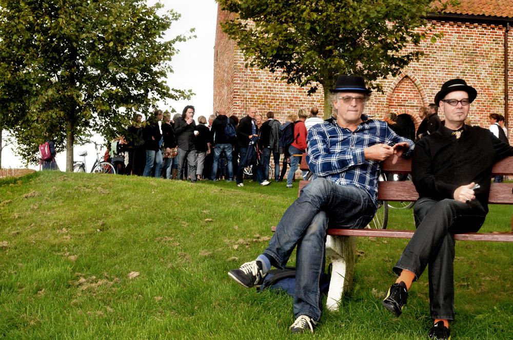 Bezoekers kerk Ezinge.