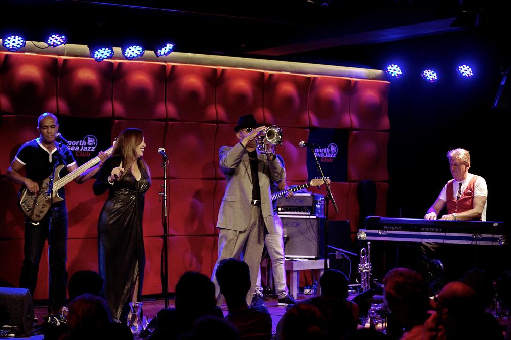 Tom Browne en band in de North Sea Jazz Club in Amsterdam.