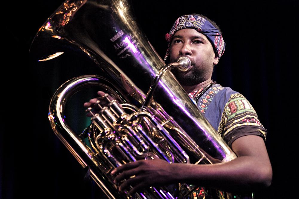 tuba Sons of Kemet eren de basisritmes van de jazz