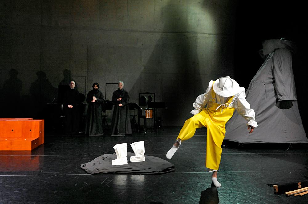De-Optocht-Ives-Ensemble-en-Anton-van-der-Sluis-Foto-Guus-Rijven 'De optocht' vraagt geduld in eindeloze woordenparade