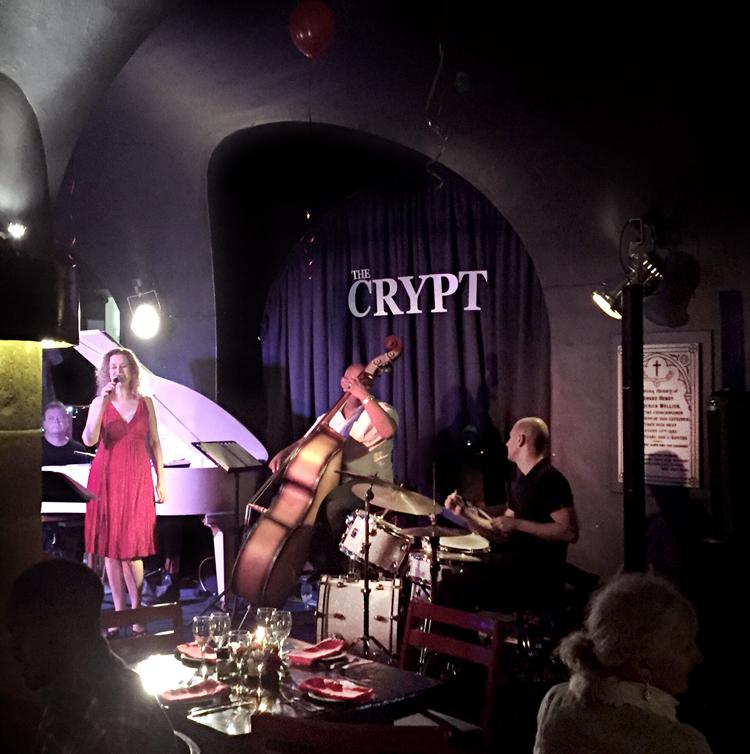 Amanda-Tiffin-Foto-Arnold-Verplancke Jazz in The Crypt onder de wierook van bisschop Tutu