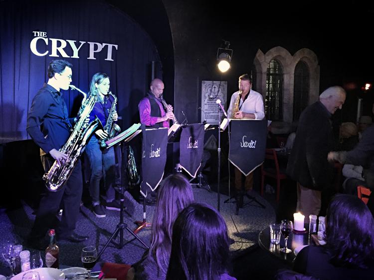 Saxit-Foto-Arnold-Verplancke Jazz in The Crypt onder de wierook van bisschop Tutu