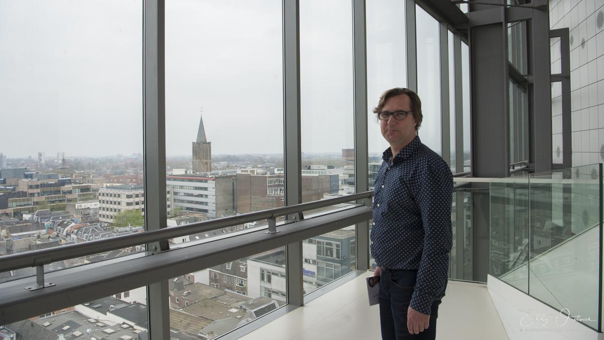 Guy-van-Hulst-kijkt-uit-over-Utrecht_20180414_EW46673_PHOTO-©-EDDY-WESTVEER TivoliVredenburg eclectische Muziektoren van Babel