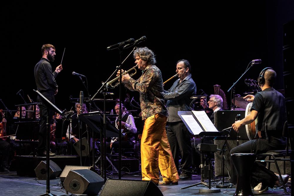 Jules-Buckley-en-Eric-Vloeimans-en-Moslem-Rahal-Foto-Ada-Nieuwendijk Huzarenstuk van Metropole Orkest en Eric Vloeimans