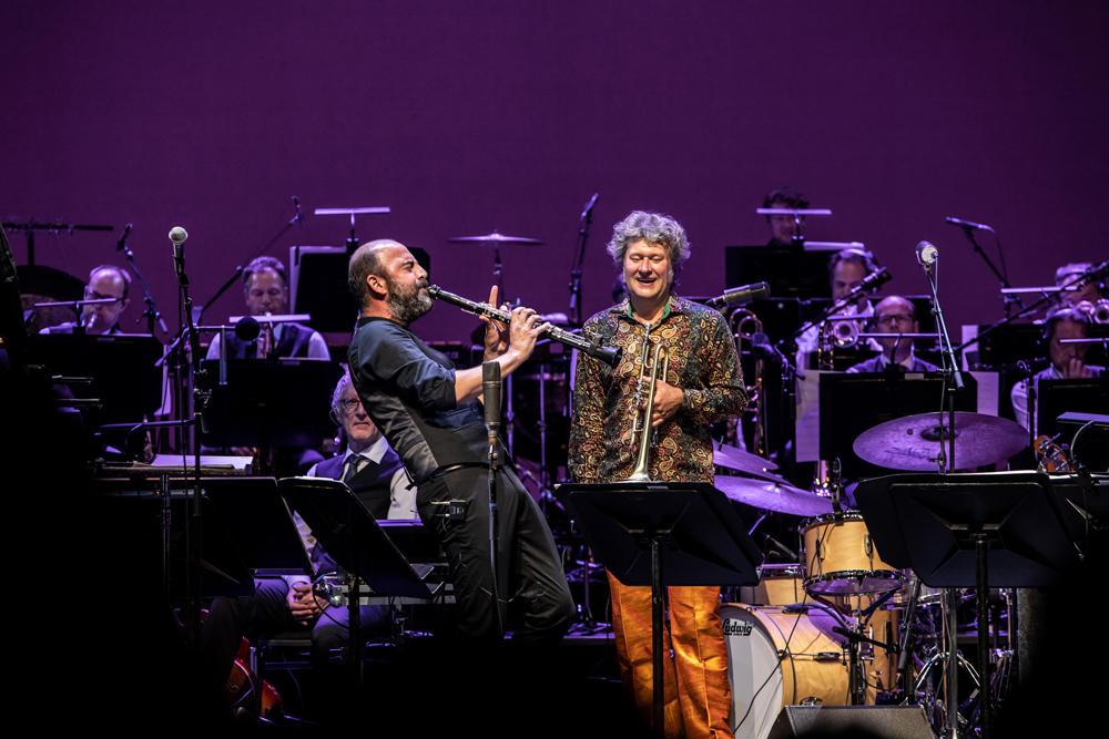 Kinan-Azmeh-en-Eric-Vloeimans-Foto-Ada-Nieuwendijk Huzarenstuk van Metropole Orkest en Eric Vloeimans