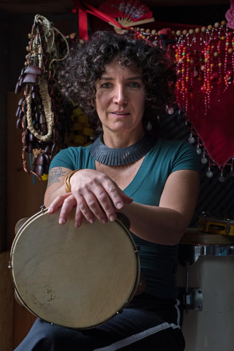 Simone-Sou-3-Foto-Sophie-Conin Percussioniste Simone Sou breekt graag met stereotypen