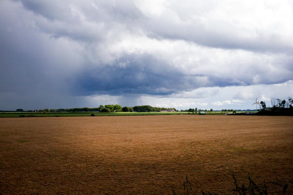 Regen-tussen-Adorp-en-Oostum-Foto-Gemma-van-der-Heyden-JazzNu.com_ Zomerjazzfietstour leidt naar vier kanaries, wijn en spek