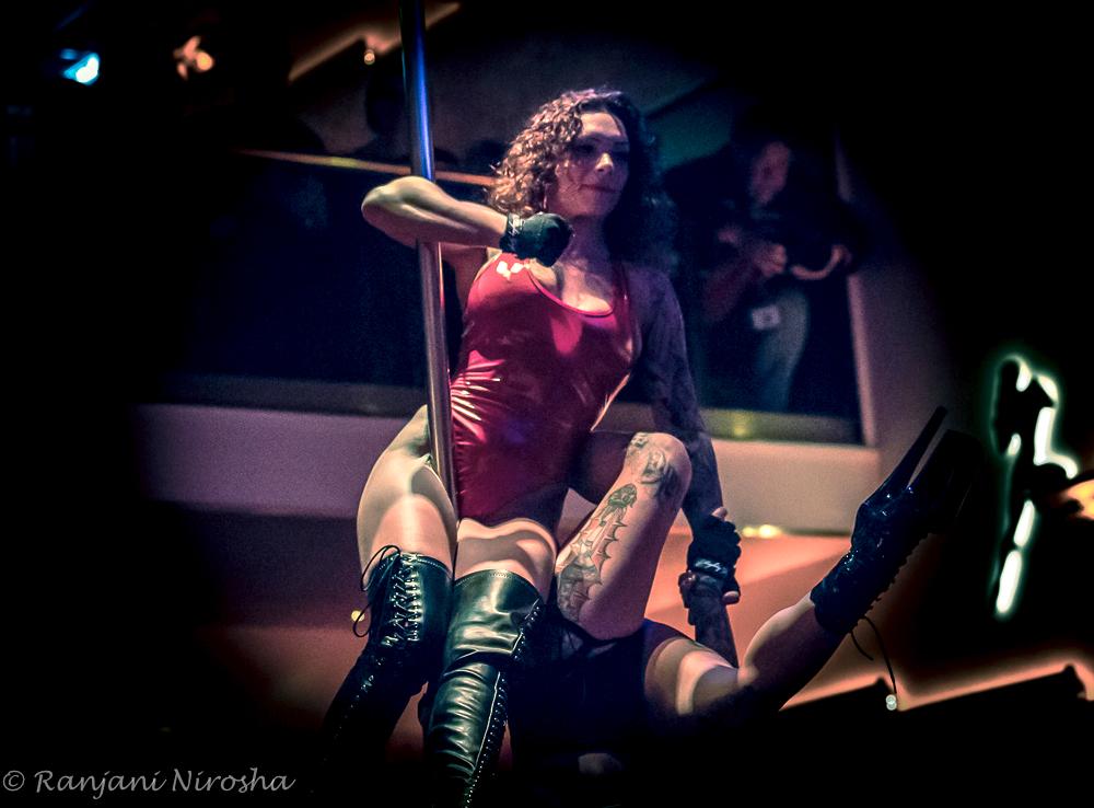 CASA-ROSSA-danseressen-bij-Hans-Dulfer.-Foto-Ranjani-Nirosha Red Light Jazz op Wallen in alle geuren en kleuren rood