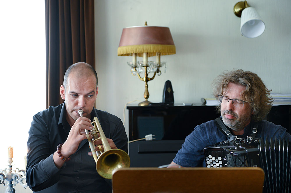 2-Trompet-Carlo-Nardozza-Accordeonist-Philippe-Thuriot.-Foto-Jeanschoubs Thuriot en Nardozza spil in huisconcert Bilzen