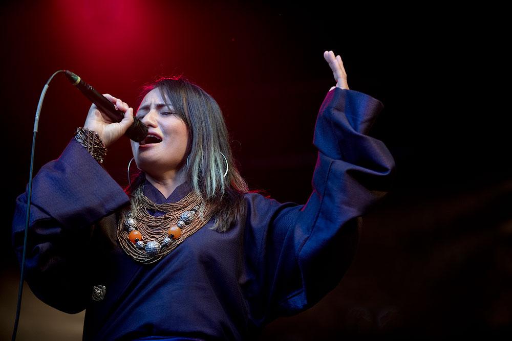 Refugeees-for-Refugees-zangeres Brosella Festival België kiest voor de volle breedte