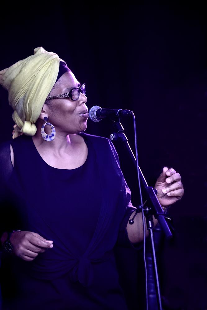 Zangeres-Gospel-Wings.-Foto-Jeanschoubs Gospelmis op Dinant Jazz laat Monty's ogen even knipperen
