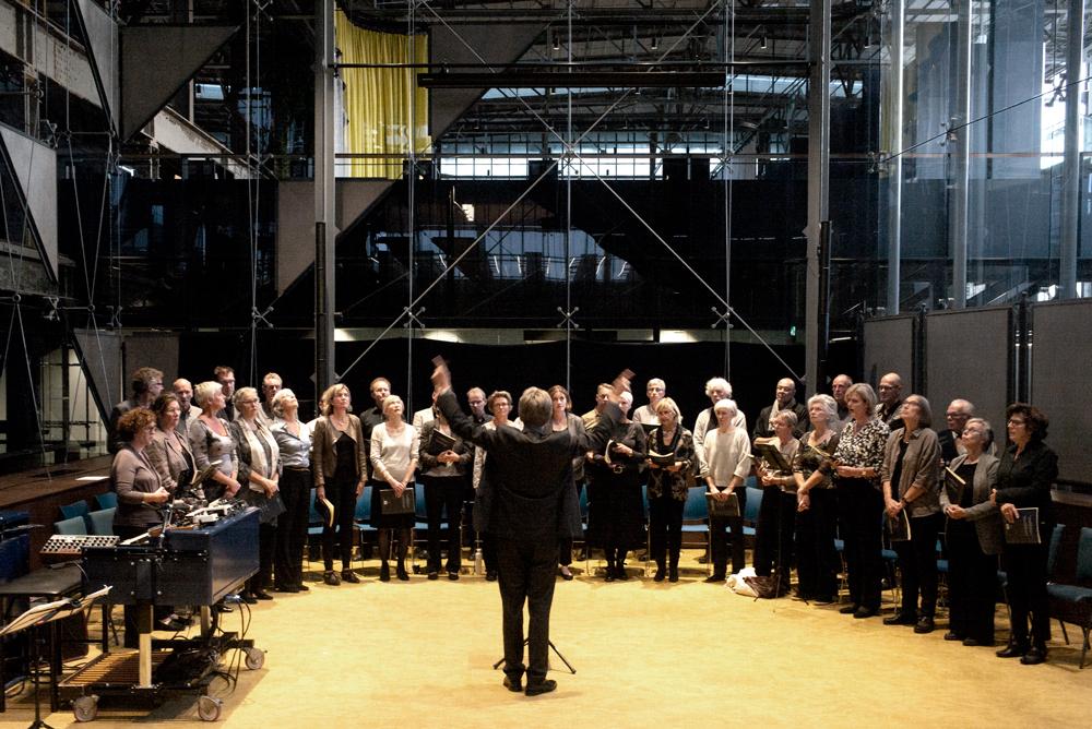 Marc-Versteeg-dirigeert-Capella-Brabant.-Foto-Gemma-Kessels-JazzNu.com_ Jazzmusici en Capella Brabant zijn allesbehalve 'Weerloos'