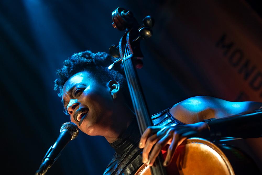 Ayanna Witter-Johnson beschikt niet alleen over een mooie stem, maar evenzeer over een bewonderenswaardige beheersing van de cello.