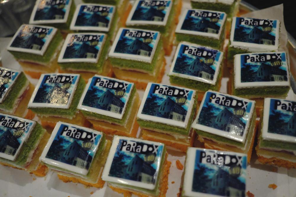 De bezoekers van het jubileumconcert werden bij de ontvangst door de jarige job getrakteerd op bubbels en taartjes die voorzien waren van een plaatje van het pand waarin Paradox is gehuisvest.