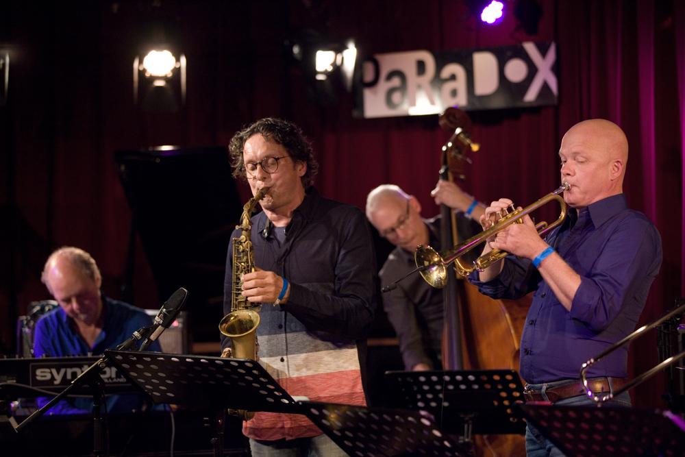 VLEK zorgt altijd voor muzikaal spektakel. Deze jubileumavond was het niet anders. Met Bart van Dongen, Edward Capel, Bert Palinckx en Jeroen Doomernik.