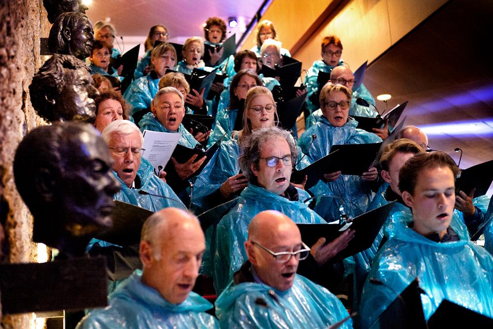 Voorafgaand aan de monoloog van Lot Vekemans en de uitvoering van 'Bosch Requiem '19' vertrokken koorzangers uit 's-Hertogenbosch en omgeving en zangers van het Fontys Kamerkoor vanuit het theater voor een processie over de Parade.