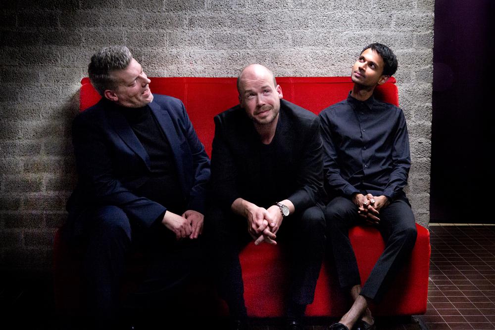 Tenor Marcel Beekman, countertenor Maarten Engeltjes en dirigent Manoj Kamps laden zich op voor aanvang van 'Liknon'.