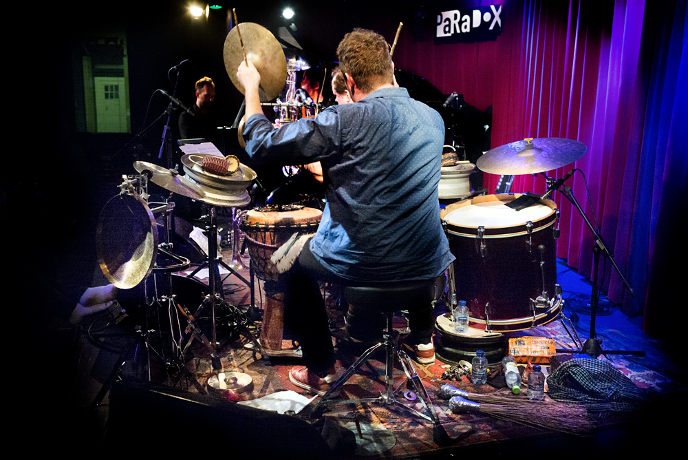 Helge Andreas Norbakken speelt op een zelf samengesteld slagwerkinstrumentarium.