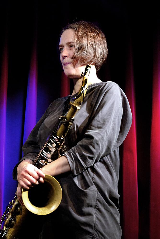 De rustig ogende Ingrid Laubrock zorgde voor verbluffende solo's op de tenorsaxofoon.
