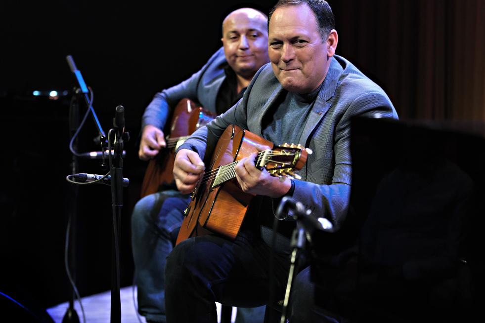 Martin Limberger speelt ritmegitaar en Stochelo Rosenberg leadgitaar.