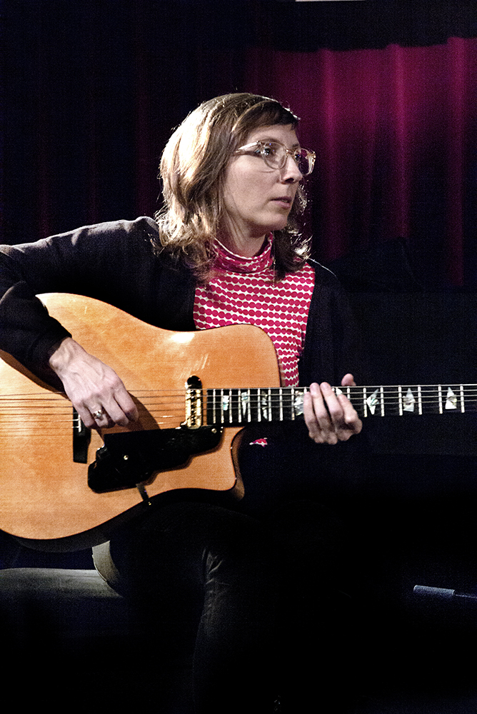 Mary-Halvorson.-Foto-Gemma-Kessels-JazzNu.com_ De juichkreet van de triomf van het Tom Rainey Trio
