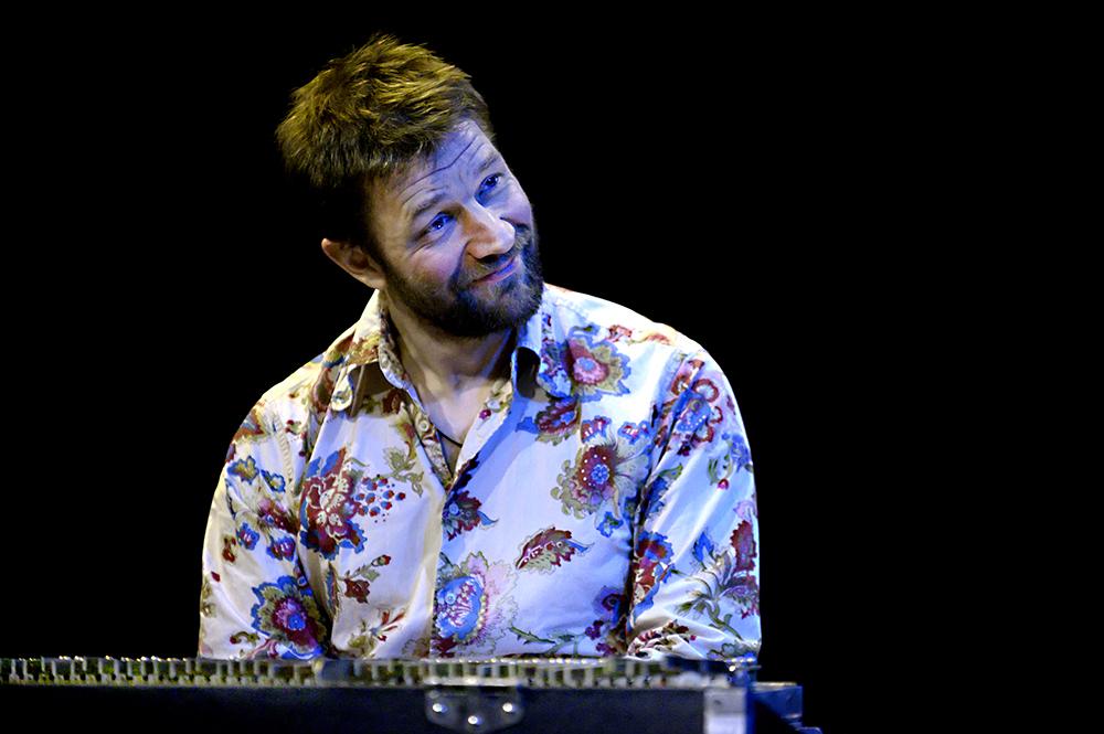 Mike-Roelofs.-Foto-Jeanschoubs Ad Colen met muzikale vogelgeluiden op podium