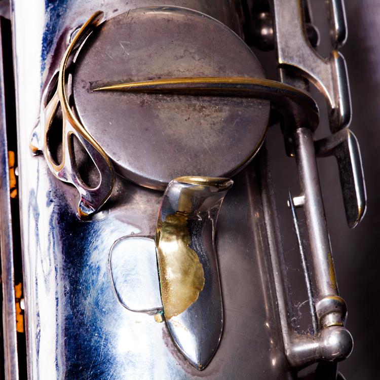 Reparatie-saxofoon.-Foto-Gemma-Kessels-JazzNu.com_ Ab Baars en de ronde warmte van een auto-uitlaat