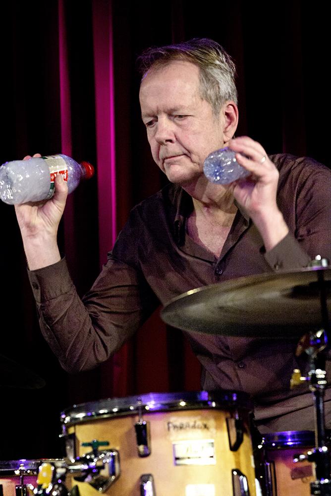 Tom Rainey zette twee, in grootte verschillende, waterflesjes in als shakertjes, die door ze te kneden ook weer percussieve elementen voortbrachten.