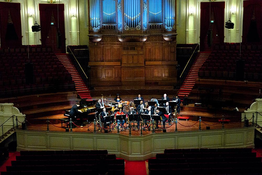 Het Jazz at Lincoln Center Orchestra in de statige entourage van het Concertgebouw in Amsterdam.