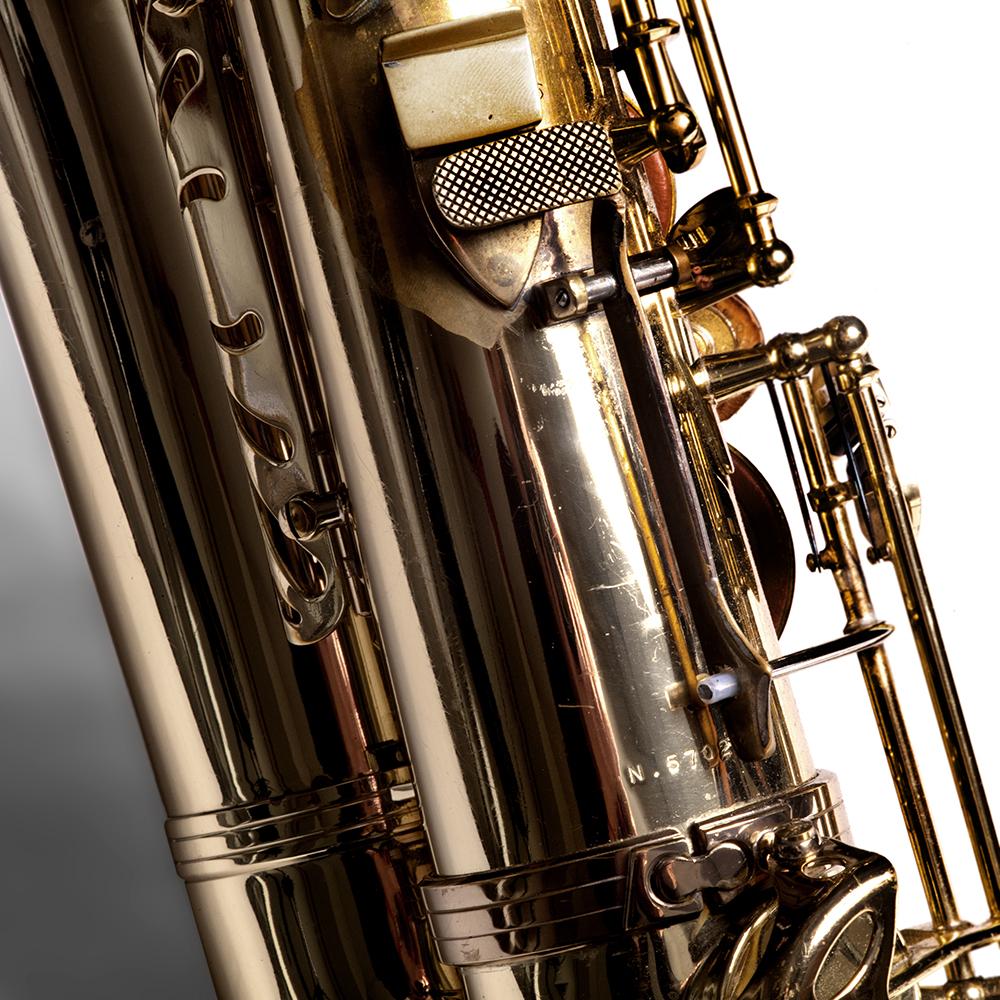 Aan de tenorsaxofoon van Ties Mellema is een klep aangepast, omdat zijn rechterhand ooit zwaar geblesseerd raakte bij een ongeval. Normaal wordt deze klep bespeeld met de pink, Ties Mellema gebruikt hiervoor zijn duim.