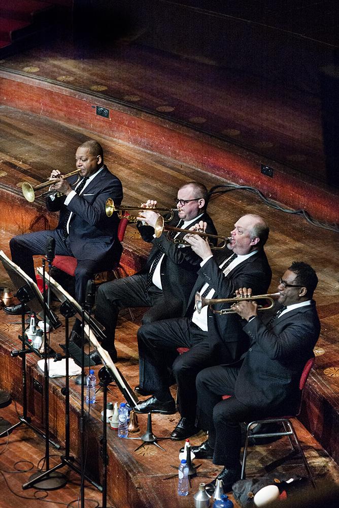 Wynton Marsalis (links) leidt de trompetsectie van het Jazz at Lincoln Center Orchestra.