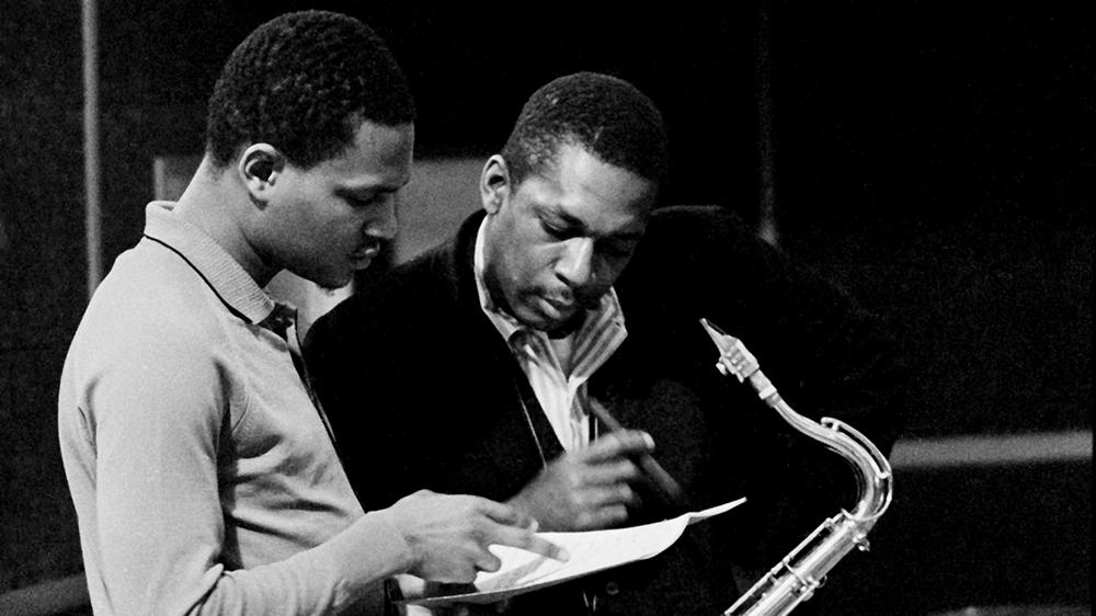 John Coltrane (rechts) met McCoy Tyner in de Van Gelder Studio's in New Jersey in 1963, een dag na de opnamesessie van het vorig jaar uitgebrachte album 'Both Directions at Once'. Foto Joe Alper