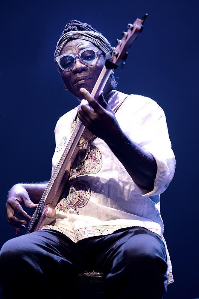Richard-Bona-1-.-Foto-Jeanschoubs- Richard Bona flirt heftig met Kameroen en Cuba