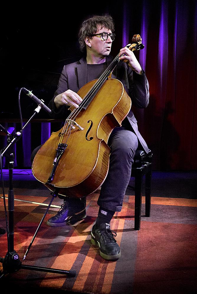 Vincent Courtois bespeelt zijn cello zowel strijkend als tokkelend.
