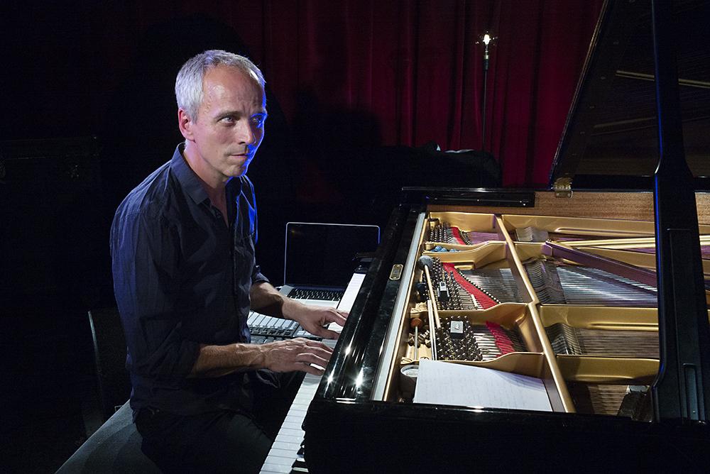 """""""Vreemd om voor een camera te spelen, maar ik ga het toch doen"""", zei Jeroen van Vliet aan het begin van zijn concert."""
