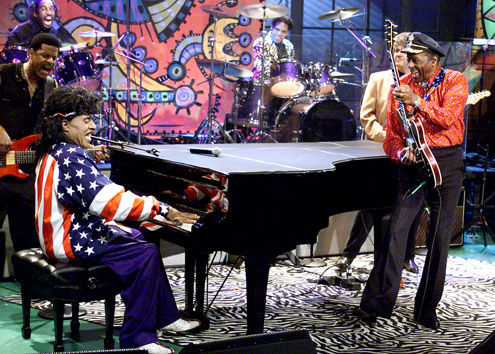 Little-Richard-and-Chuck-Berry-on-22The-Tonight-Show-with-Jay-Leno22-at-the-NBC-Studios-in-Los-Angeles-Ca.-Thursday-Jan.-24-2002.-Foto-Kevin-Winter Little Richard, het breekijzer van de rock&roll, is dood