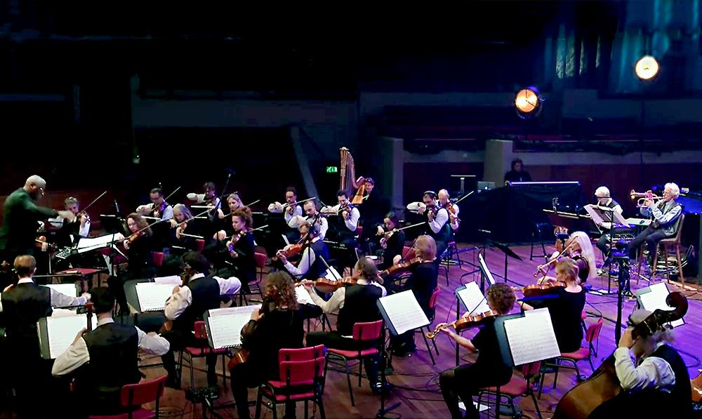 De mannen van het Metropole Orkest in hemdsmouwen.