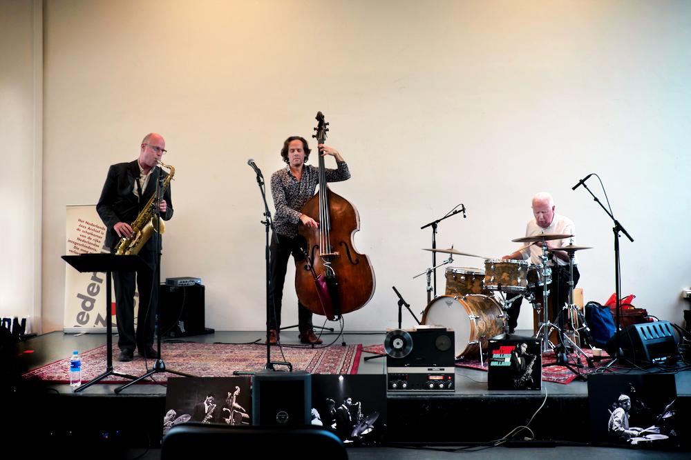 Frans Vermeerssen, Dion Nijland en Han Bennink riepen de legendarische concerten van Sony Rollins met Ruud Jacobs en Han Bennink in herinnering.
