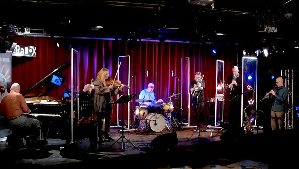 De leden van het ICP Orkest speelden vanwege de coronamaatregelen tussen plastic schermen.