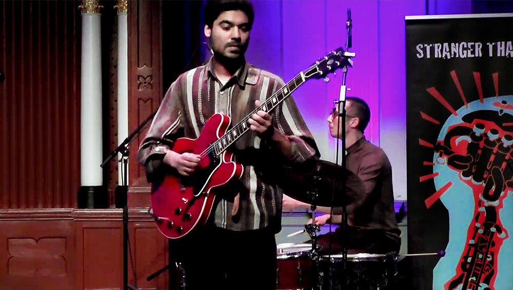 Prashant Samlal is leider van het gelijknamige kwartet. Op de achtergrond Mees Siderius.