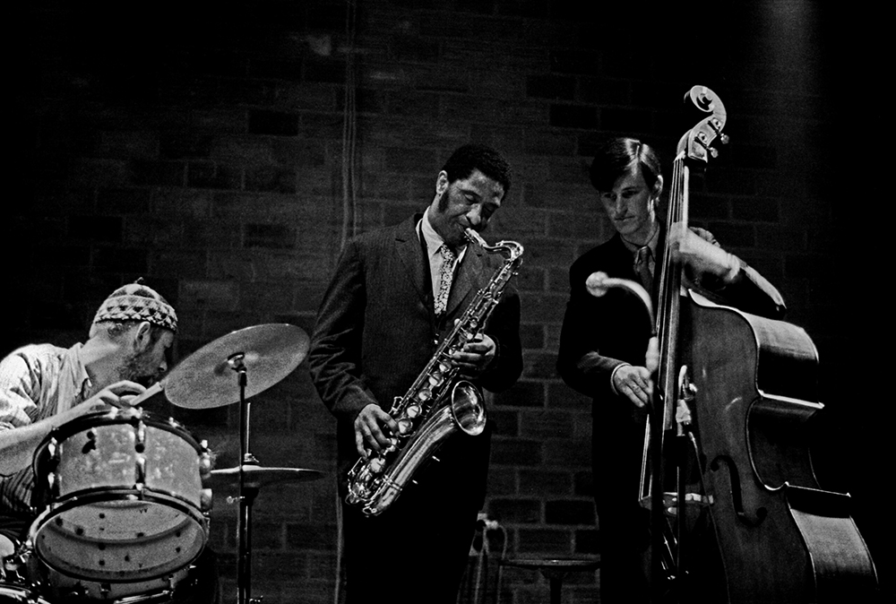 Han Bennink, Sonny Rollins en Ruud Jacobs tijdens hun concert op 3 mei 1967 in de Academie voor Beeldende Kunst in Arnhem. Foto Toon Fey